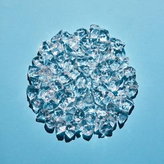 원 모양의 투명한 얼음 조각