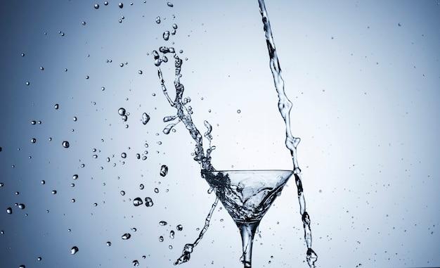 Liquido trasparente in vetro su sfondo chiaro