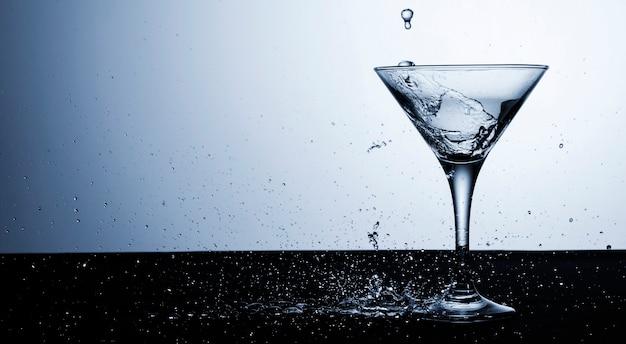 Прозрачная жидкость в стекле с копией пространства