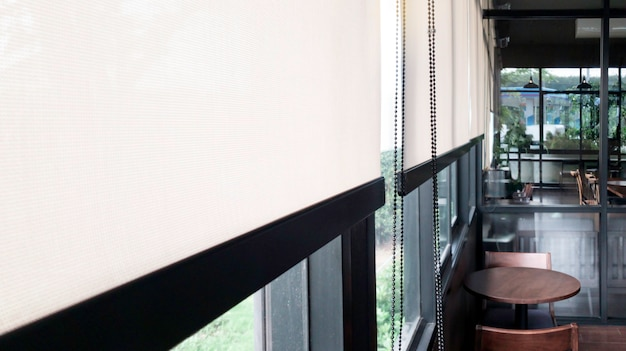 Прозрачная зеркальная оконная рама с занавеской для защиты от солнечного света.