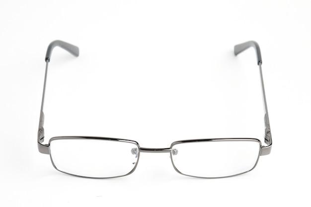 孤立した白に眼鏡ケースが付いた透明な光学ガラス。