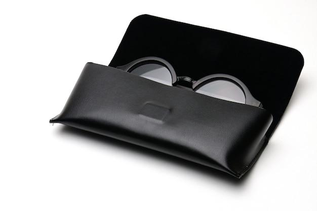 격리 된 흰색 배경에 안경 케이스와 투명 광학 안경