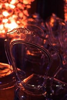 Прозрачный пластиковый стул, выполненный в викторианском стиле