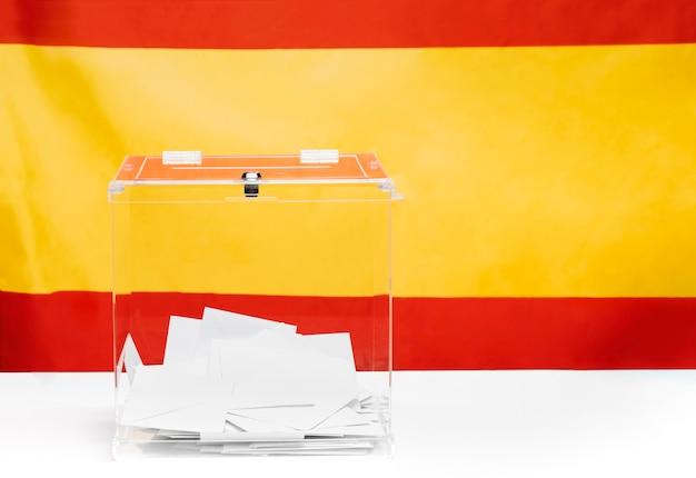 Прозрачный ящик для голосования на фоне испанского флага