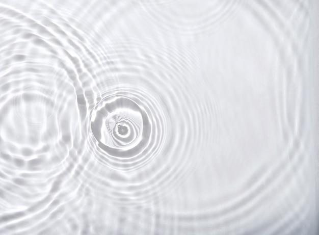 Прозрачная поверхность воды с фоном волны ряби и брызг