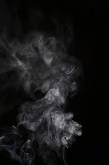 黒の背景に透明の白い煙の動き