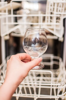Прозрачный бокал, вымытый в посудомоечной машине.
