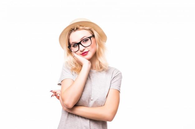 Блондинка улыбается молодая нежная дама в transperend очках, изолированных на белой стене