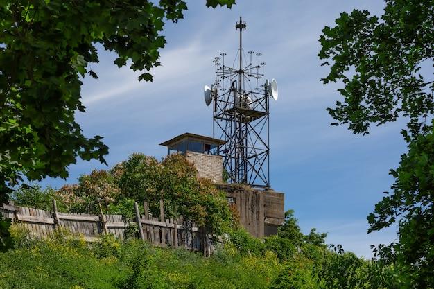 Радиомаяк на травянистом холме в кронштадте, россия