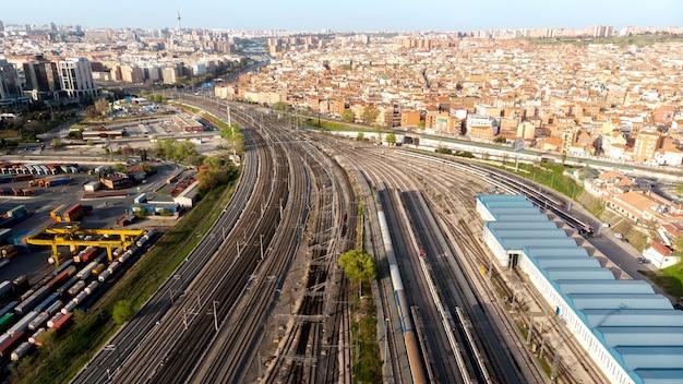 Concetto di trasporto treni e ferrovie