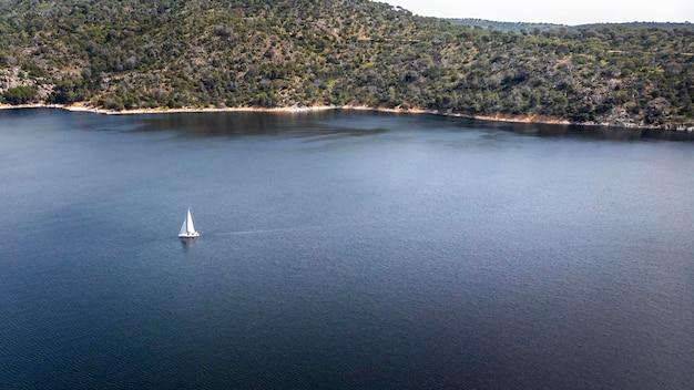 Concetto di trasporto con barca sul lago