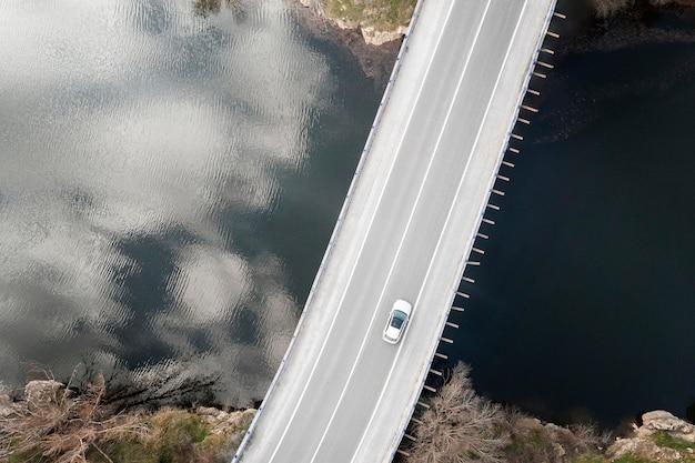 Concetto di trasporto con auto sul ponte