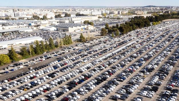 Concetto di trasporto con vista aerea di automobili