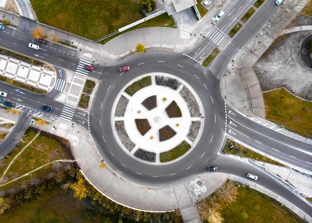 Транспортная концепция с видом сверху на перекресток