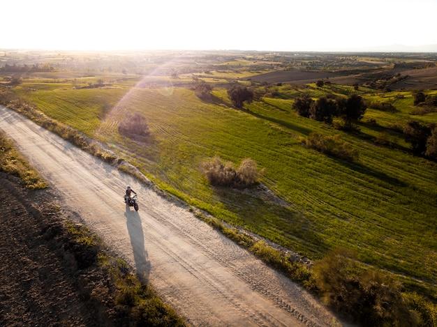 Concetto di trasporto con uomo alla guida di una moto