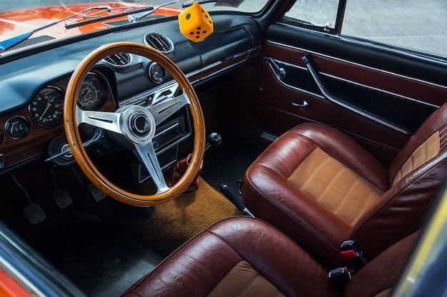 輸送、レトロ、車のサロンのインテリア60-70年代