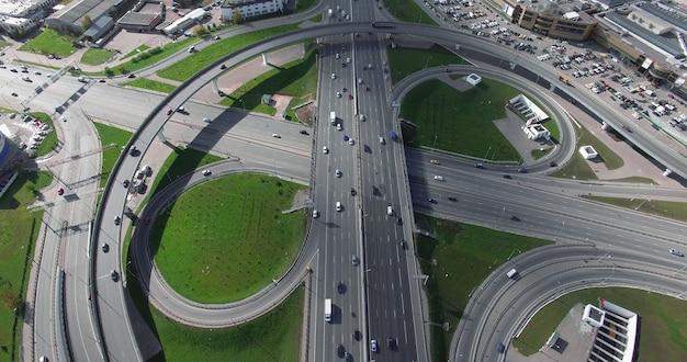 インフィニティインターチェンジの空中写真で交通を輸送する