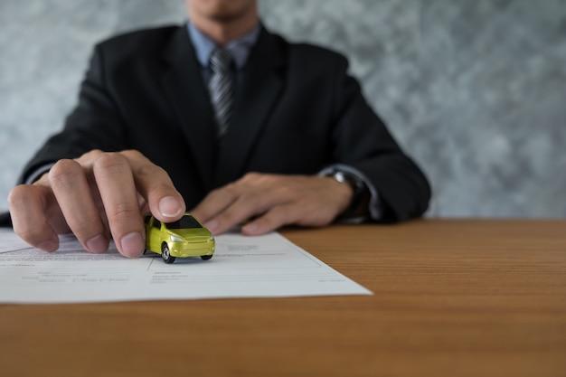 Концепция транспортировки и собственности - клиент и продавец с ключом автомобиля
