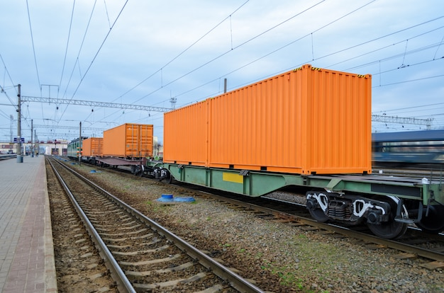 Transportation of cargoes by rail in containers