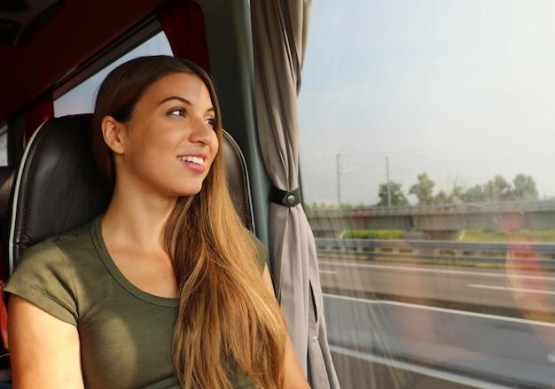 교통 개념. 창을 통해 찾고 버스 또는 기차에 젊은 여행자 여자.
