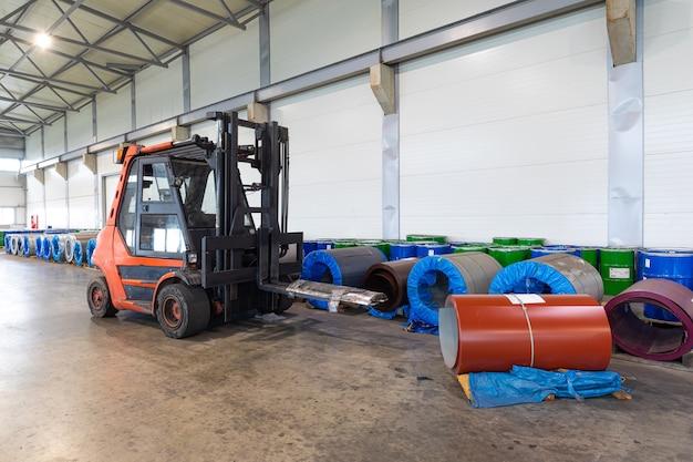 現代の企業における商品と原材料の輸送、倉庫の概念、貨物輸送