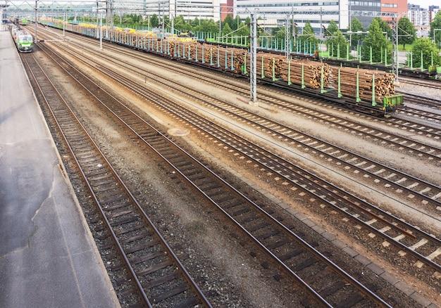 핀란드 철도의 화물 플랫폼에서 둥근 목재 운송
