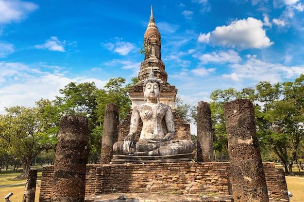 Храм трафанг нгоен в историческом парке сукхотай, таиланд