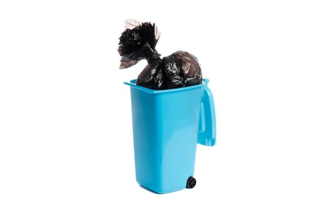 흰색 배경에 고립 된 쓰레기 봉투와 쓰레기통