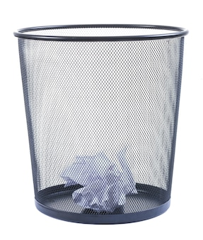 ゴミ箱は白い背景で隔離の砕いた紙で満たすことができます