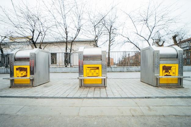 地下コンテナを備えたサルバドールの路上でゴミ箱
