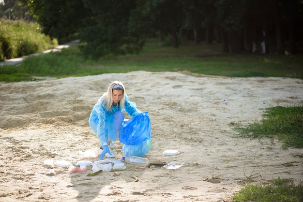 Хранитель мусора или мусор на пляже.