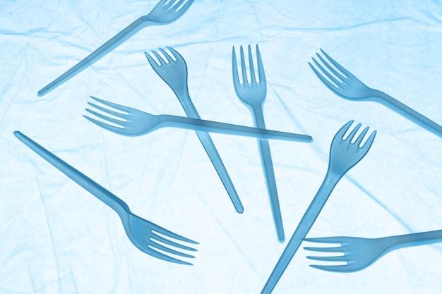 Disposizione di oggetti di plastica cestinati