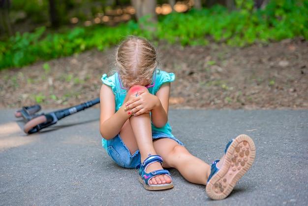 スクーターのトラウマ5歳の少女が公園のスクーターに転落し、膝の選択者に重傷を負わせました...