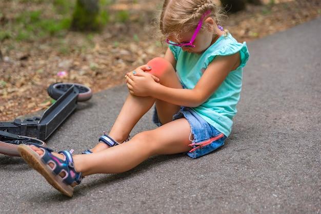 スクーターのトラウマ5歳の少女が公園のスクーターに転落し、重傷を負った