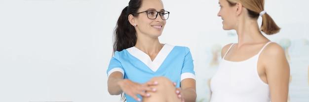外傷学者は下肢痛のある女性に医療援助を提供しています
