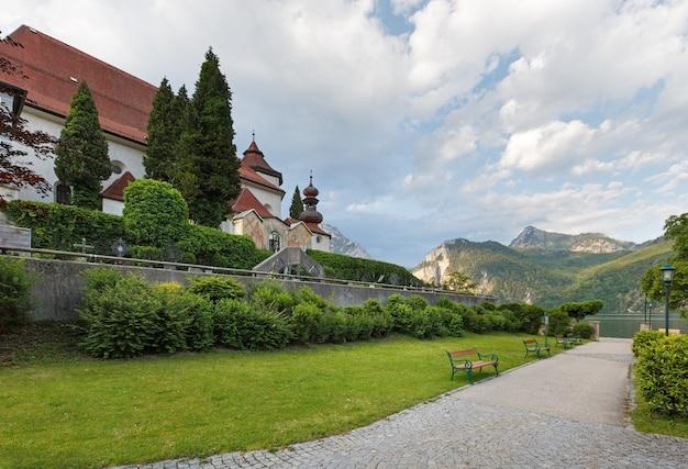 Летнее озеро траунзее и монастырь-приходская церковь (траункирхен, австрия)