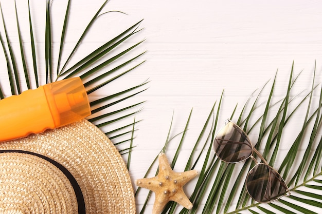 컬러 배경 평면도에 여행 액세서리와 열대 잎