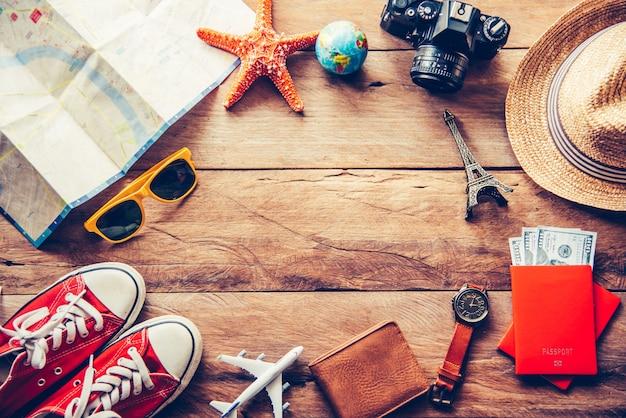 旅行アクセサリーコスチューム。パスポート、荷物、旅行のために用意された旅行マップの費用