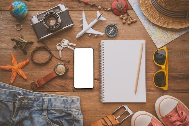 トラベルアクセサリーのコスチューム。パスポート、荷物、旅行のために用意したトラベルマップの費用