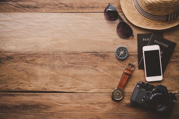 Дорожные аксессуары на деревянном полу, готовые к путешествию