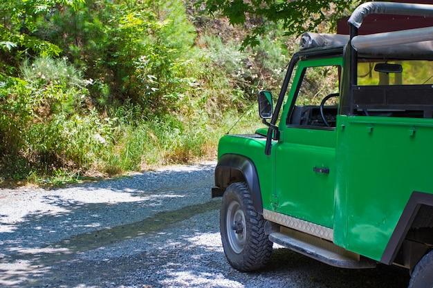 Концепция путешествия, деятельности и отдыха - сафари на машине в лесу