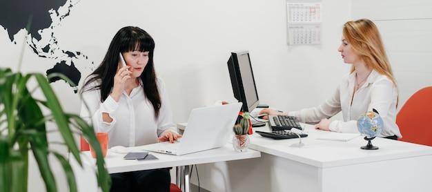 旅行やツアーを予約するオフィスでオンラインで働く旅行代理店