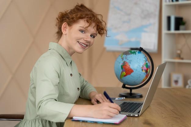 Agente di viaggio che offre pianificazione del viaggio ai clienti