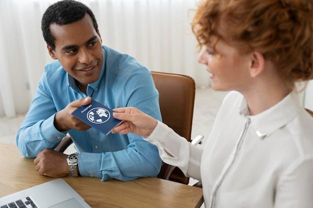 Турагент, предлагающий клиентам планирование поездки