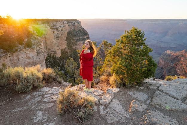 旅行と冒険のコンセプト。アメリカコロラド旅行。アメリカのグランドキャニオンの女性。グランドキャニオンのランドマーク。アリゾナの風景。