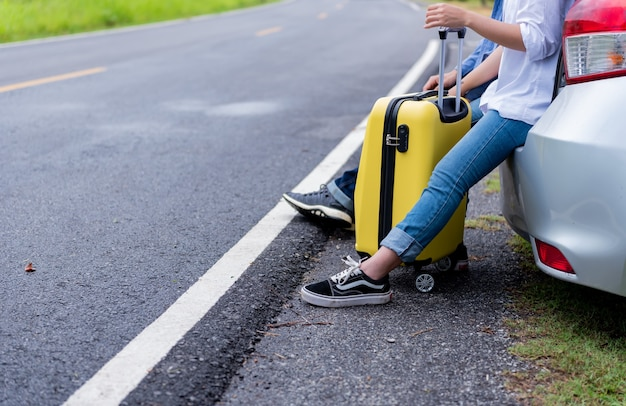 旅行と一人で時間を楽しんでください。社会的距離と単独の野外活動。 covid-19後の新しい通常の生活。若い観光客は休日にタイを旅行します。