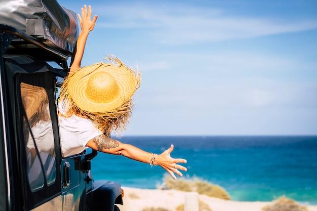 幸せと喜びを伴う旅行と自由のコンセプト
