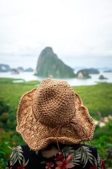 여행 및 휴가 컨셉 사진, 배경 흐리게와 여행자의 모자 뒷면에 근접