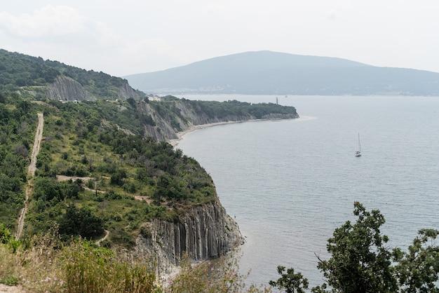 旅行と自然。丘、海のある山々、街並みを背景にした風景