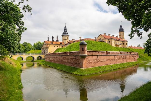 旅行と観光地の概念。ラジヴィウ家の中世の遺産と住居の深い例として有名なネスヴィシ城。